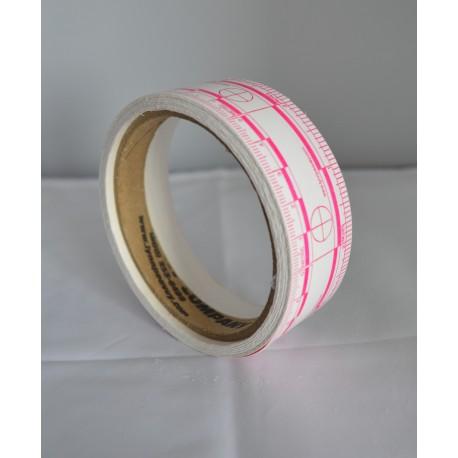 Rouleau de 200 réglèts adhésifs rose sur fond blanc de 5 cm.